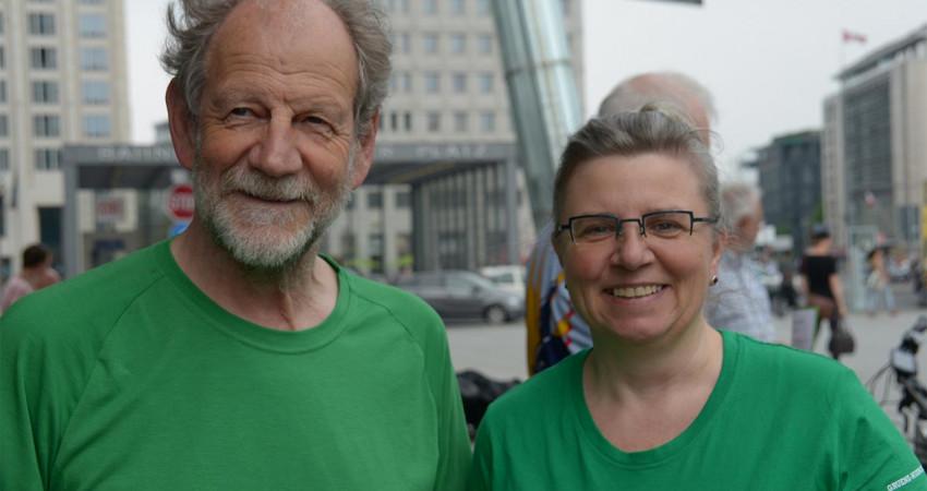 Birgit Raab mit Michael Cramer, MdEP, beim Start des 1. Mauerstreifzugs 2018 in Berlin